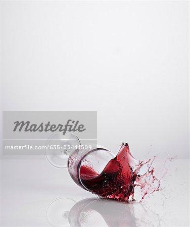 Rotwein verschüttet aus Glas