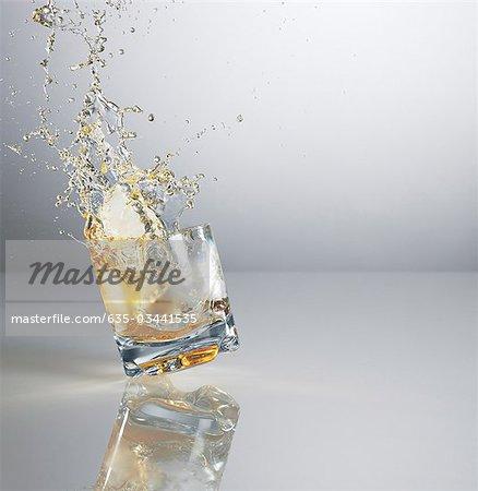 Alkohol Verschütten von Highball-Glas