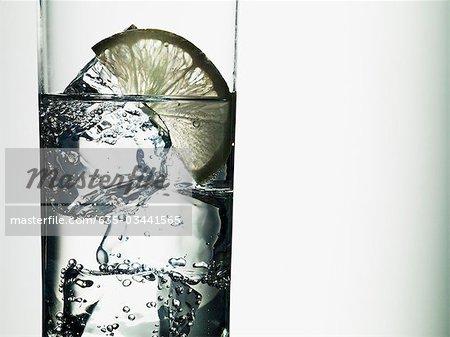 Kalk-Segment im Glas Wasser