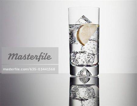 Zitrone-Segment im Glas Wasser