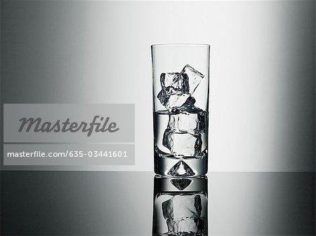 Glas mit Eiswürfeln