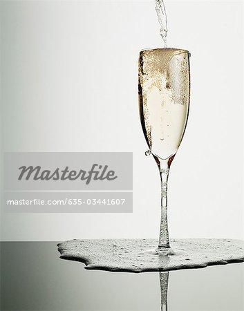 Champagner Eingießen in Glas und überfüllt