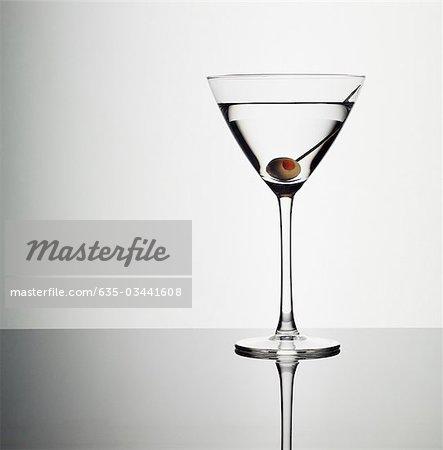 Martini en verre et vert olive