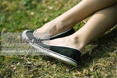 Femme à l'extérieur, gros plan de chaussures