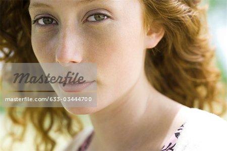 Jeune femme regardant la caméra, portrait