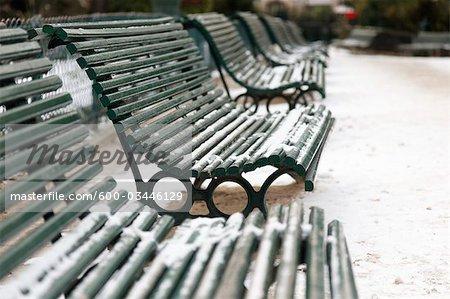 Schnee auf der Parkbank, Paris, Frankreich