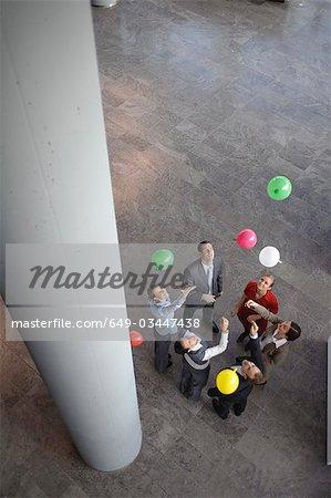Business-Team setzt freie farbige Ballons