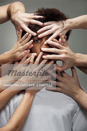 Noir homme masqué par les mains