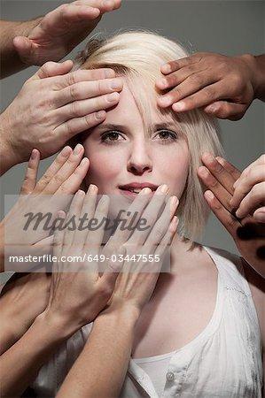 Être touchée par de nombreuses mains de femme