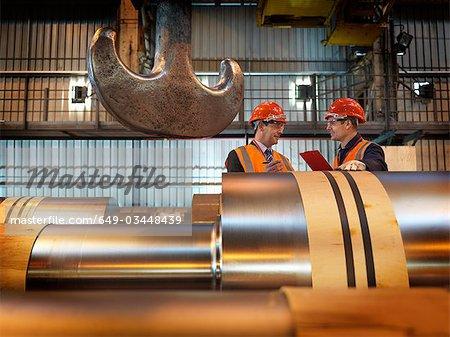 Ingénieurs inspecter les rouleaux en acier