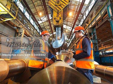 Ingénieur apprenti & avec des rouleaux en acier