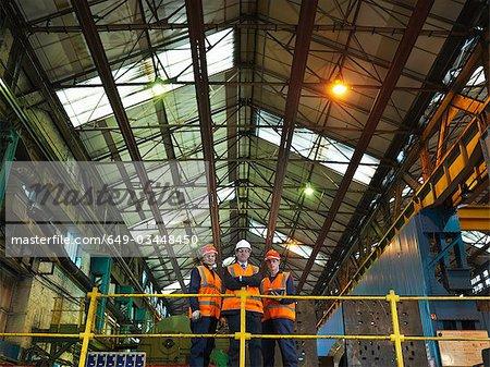 Travailleurs et ingénieur dans une usine d'acier