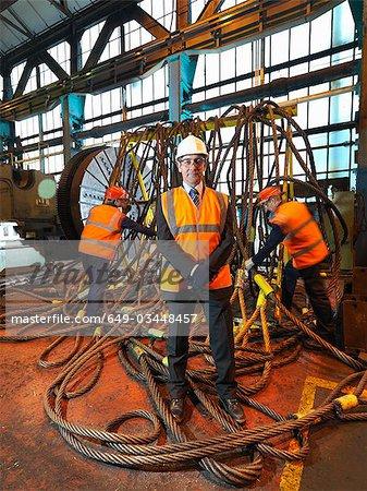 Ingénieurs en acier avec des engins de levage
