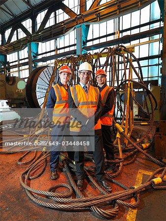 Ingénieur & travailleurs avec des cordes d'acier