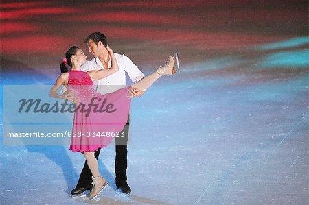 Couple de patineurs artistiques danse en patinoire