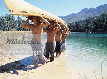 Groupe d'hommes portant un canot