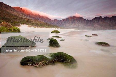 Coucher de soleil lumière au-dessus des falaises, Kogel Bay, False Bay, Province du Western Cape, en Afrique du Sud