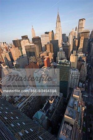 Vue grand angle des toits de la ville, y compris le Chrysler Building et Empire State Building de l'hôtel Plaza des Nations Unies, tôt le matin, Manhattan, New York, États-Unis d'Amérique, Amérique du Nord
