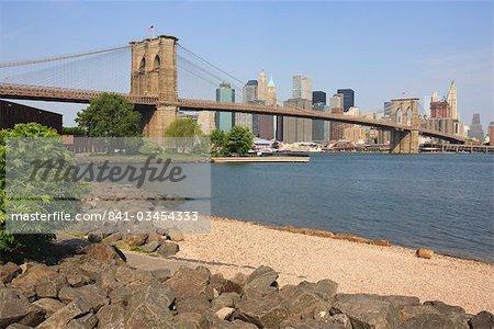 Pont de Brooklyn qui enjambe l'East River et à Lower Manhattan skyline, Empire-Fulton Ferry State Park, Brooklyn, New York City, New York, États-Unis d'Amérique, Amérique du Nord
