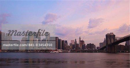 Pont de Brooklyn qui enjambe l'East River et les toits de Lower Manhattan à dawn, New York City, New York, États-Unis d'Amérique, l'Amérique du Nord