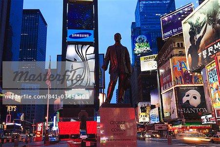 Statue de George M. Cohan, compositeur de donner mes Regards à Broadway, Times Square, au crépuscule, Manhattan, New York City, New York, États-Unis d'Amérique, Amérique du Nord