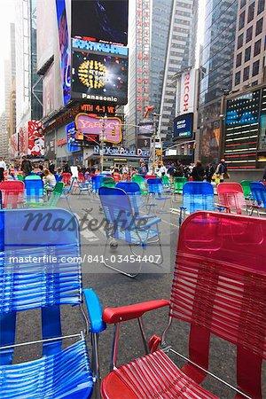 Chaises de jardin dans la rue pour le public de s'asseoir dans la zone piétonne de Times Square, Manhattan, New York City, New York, États-Unis d'Amérique, Amérique du Nord