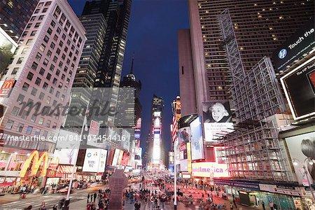 Times Square, au crépuscule, Midtown, Manhattan, New York City, New York, États-Unis d'Amérique, l'Amérique du Nord