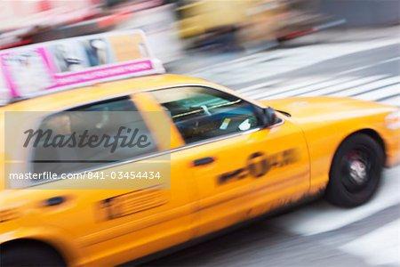 Taxi cab dans Times Square, Midtown, Manhattan, New York City, New York, États-Unis d'Amérique, Amérique du Nord