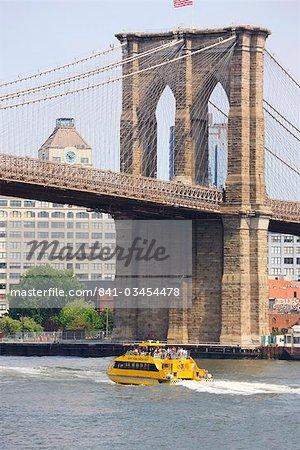 Pont de Brooklyn s'étendant sur l'East River, New York City, New York, États-Unis d'Amérique, l'Amérique du Nord