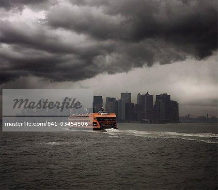 Staten Island ferry navigue vers Manhattan, New York, États-Unis d'Amérique, l'Amérique du Nord