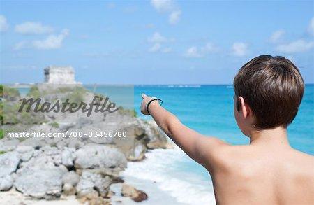 Junge zeigte auf Tempel, Tulum, Mexiko