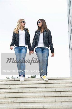 Deux filles déambulant dans les escaliers