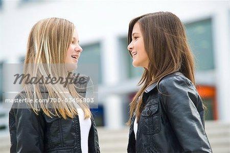Deux jeunes filles parlant