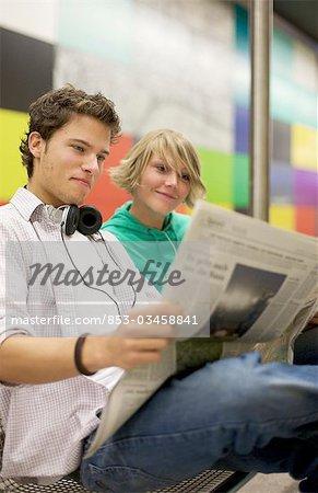 Journal de readung de couple adolescent underground, bas-angle View