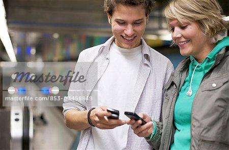 Modification des numéros de téléphone à la gare, taille vers le haut des adolescents