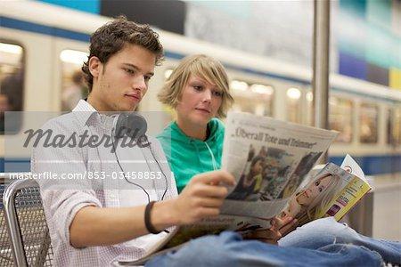 Journal de readung de couple adolescent au format horizontal souterrain