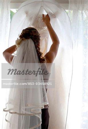 Junge Frau mit Braut Schleier im Haar, Rückansicht