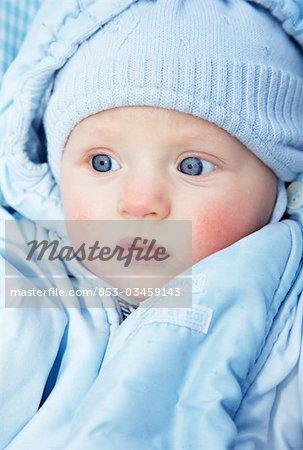 Bébé portant un chapeau bleu et la veste, le portrait