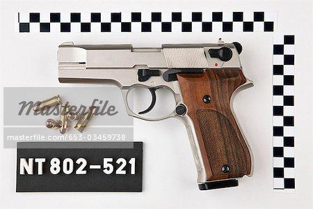 Eine Pistole und Kugeln aus einem Tatort