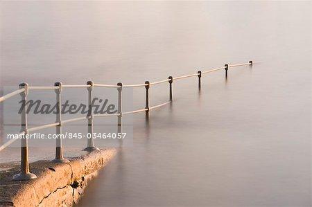 Une rampe d'accès à la piscine de baignade se perd dans la mer, St Peter Port, Guernsey, The Channel Islands, Royaume-Uni