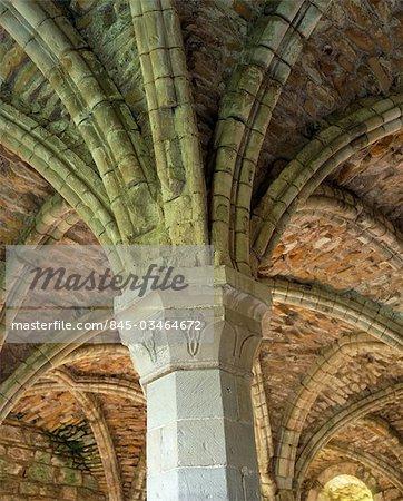Abbaye de Buildwas. Vue de l'un des chapiteaux décorés et les ogives dans la salle capitulaire.