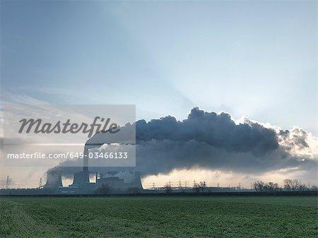 Large vision du charbon ont tiré de centrale électrique