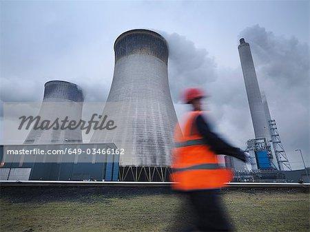 Travailleur à l'extérieur de charbon tiré de centrale électrique