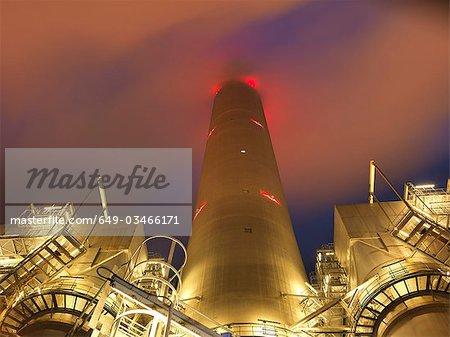 Centrale électrique à charbon dans la nuit