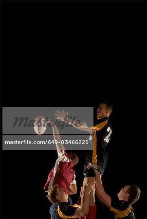 Joueurs de rugby en compétition pour la balle en l'air