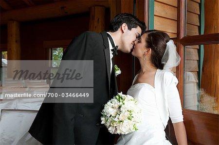 Portrait de la mariée et le marié baiser