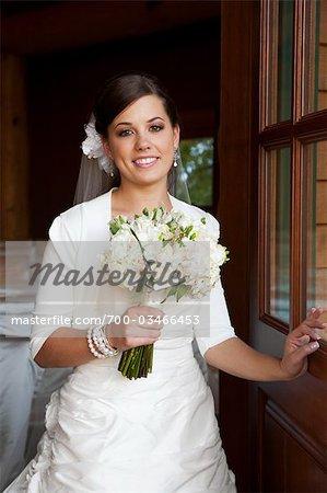Portrait de tenant le Bouquet de la mariée