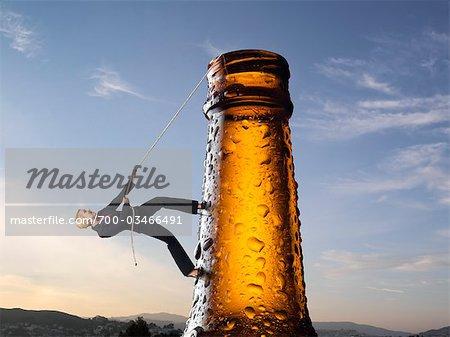 Geschäftsfrau Klettern bis Bierflasche