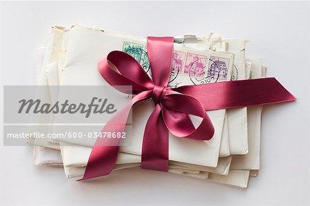 Pile de lettres à égalité avec ruban