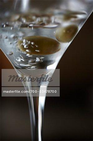 Vodka versé dans le verre à Martini